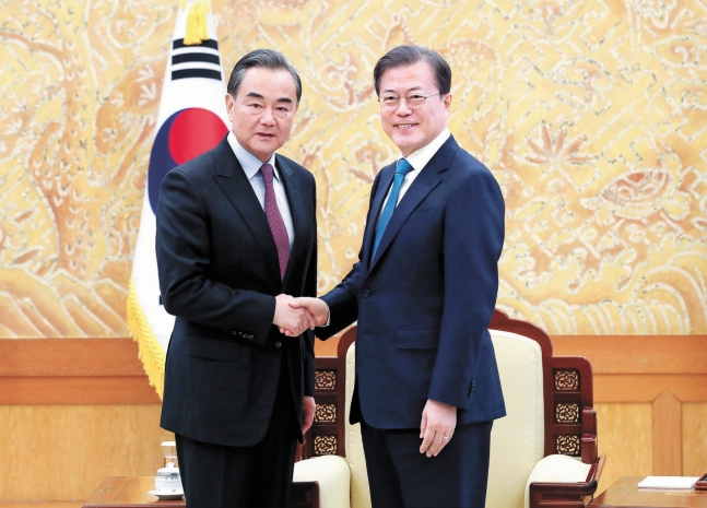 昨年12月5日、青瓦台本館の接見室で中国の王毅国務委員兼外相と握手する文在寅大統領。 青瓦台写真記者団