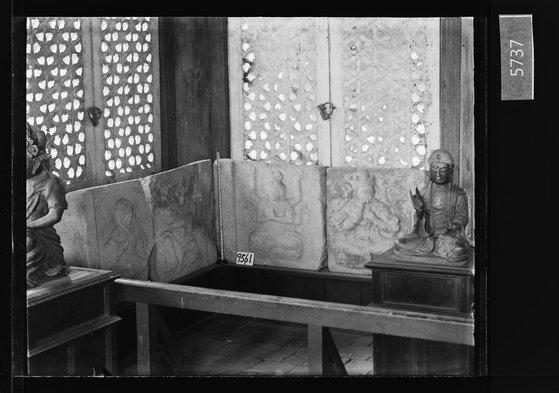25日に公開された李王家博物館のガラス乾板写真。昌慶宮(チャンギョングン)明政殿(ミョンジョンジョン)の石塔基壇部面石4点と金銅仏像。[写真 国立古宮博物館]