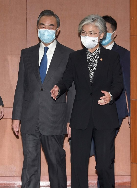 26日、韓国外交部を訪問した王毅中国外相が康京和長官の案内を受けている。この日、王外相の遅刻により会談が25分遅れて始まった。[写真 共同取材団]