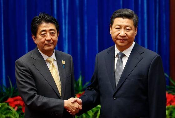 尖閣(中国名・釣魚島)紛争以降、初めての日中首脳間の会談が行われた2014年北京アジア太平洋経済協力(APEC)首脳会議の会場で、略式会談に先立ち握手をする安倍晋三当時首相と習近平主席。中央フォト