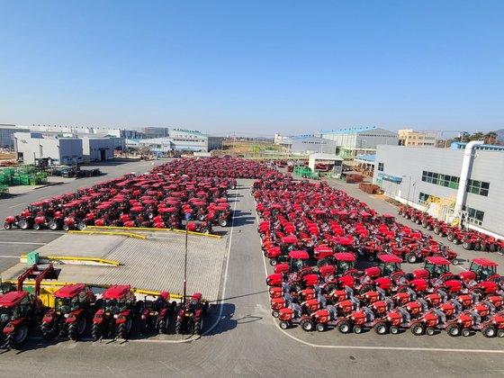 25日全羅北道益山の東洋物産企業出荷場に輸出用トラクター870台が待機中だ。米国へ向かう貨物コンテナを確保できず工場関係者らが地団駄を踏んでいる。キム・ヨンジュ記者