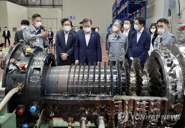 韓国製ガスタービン部品工場を視察する文大統領。[写真 聯合ニュース]