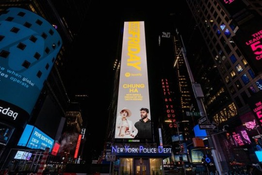 米NYタイムズスクエアの電光掲示板に登場した歌手チョンハとR3HAB。[写真 MNHエンターテインメント]