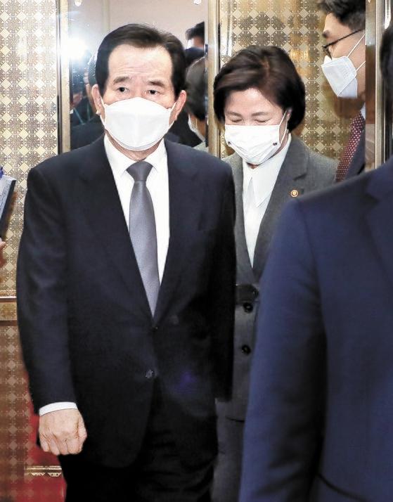 丁世均首相(左)と秋美愛法務部長官が1日、政府ソウル庁舎で開かれた国務会議に参加している。キム・ソンニョン記者