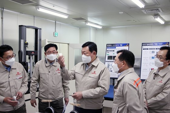 辛東彬ロッテ会長(中央)が18日にロッテ精密化学蔚山工場を訪問し、排気ガス浄化用自動車セラミックフィルターを視察している。[写真 ロッテ]