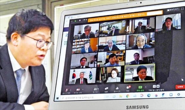 現代経済研究院と韓国経済新聞社が3日に開催した「2020年韓経ミレニアムフォーラム送年会ウェブセミナー」で、参加者が討論している。 キム・ボムジュン記者