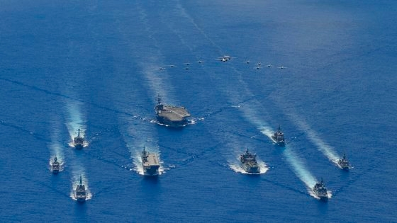 今年7月21日(現地時間)、フィリピン沖で行われた日米豪の連合海上訓練。 [写真 米海軍]