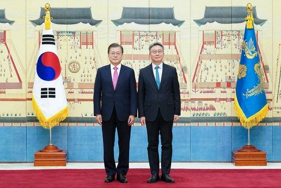 韓国の文在寅(ムン・ジェイン)大統領(左)が2日午前、青瓦台(チョンワデ、大統領府)で朴哲民(パク・チョルミン)駐ハンガリー大使に信任状を授けた後、記念撮影を撮影している。[写真 青瓦台]
