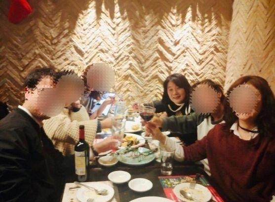 与党「共に民主党」の尹美香(ユン・ミヒャン)議員が最近SNSに掲載して削除したワイン会食の写真。[写真 インスタグラム キャプチャー]
