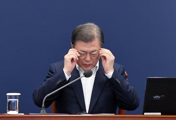韓国の文在寅(ムン・ジェイン)大統領が14日午後、青瓦台与民館(執務室)で開かれた首席・補佐官会議でメガネを掛け直している。文大統領はこの日、「コロナ拡大と防疫強化で内需と消費が急激に萎縮する難しい状況でも、韓国のマクロ経済が良い流れを見せていて幸運」と述べた。[写真 青瓦台写真記者団]