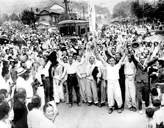 1945年8月15日、日帝植民統治35年から解放を迎えた人々が「大韓独立万歳」を叫んでいる。[中央フォト]