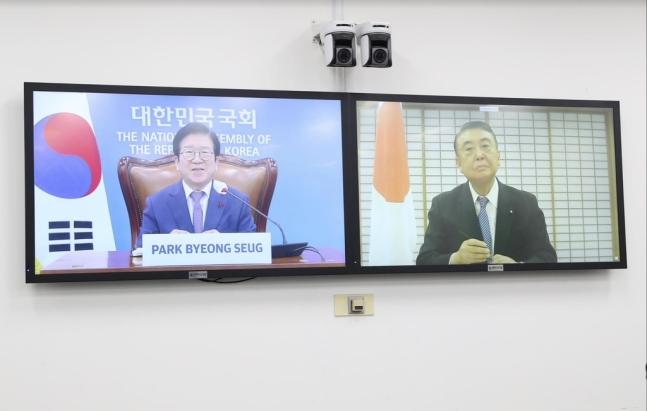 日本の大島理森衆議院議長とテレビ会談する朴炳錫国会議長。[写真 国会事務処]