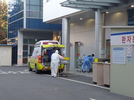 韓国政府が14日、新型コロナウイルス感染症(新型肺炎)の重患者を重点的に診療する拠点病院に指定した5カ所のうちの一つである京畿道一山(キョンギド・イルサン)病院の前に救急車が停まっている。イ・ウリム記者