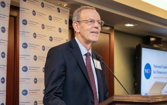 カール・ガーシュマン(Carl Gershman)会長