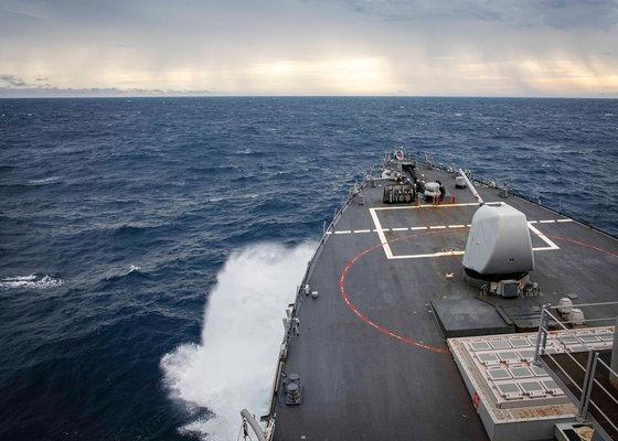 22日、南シナ海スプラトリー諸島で米海軍のイージス駆逐艦「ジョン・S・マケイン」が航行の自由作戦を遂行している。 [米海軍]