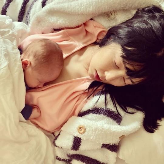 27日、藤田小百合が公開した家族写真[写真 インスタグラム]