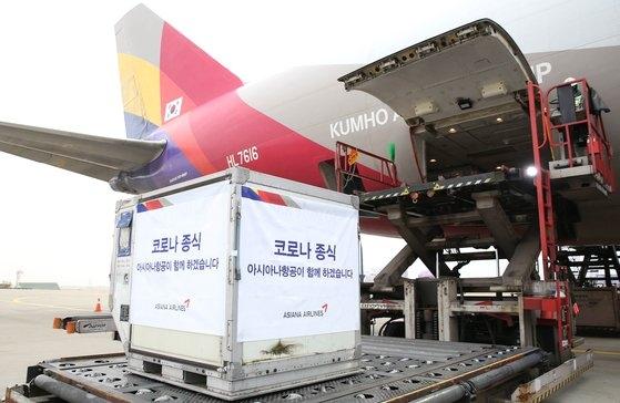 29日午前10時20分、仁川発ロシア・モスクワ行きアシアナ航空貨物機に、韓国で生産された新型コロナワクチンが積載されている。[写真 アシアナ航空]