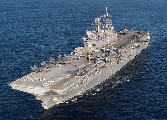 韓国の軽空母は米海軍のアメリカ級艦艇と規模がほぼ同じになることが予想される。強襲揚陸艦「アメリカ」にはF35B戦闘機が垂直離着陸することができる。[写真 米海軍]