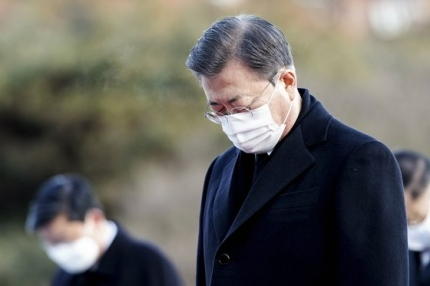 文在寅大統領が2日午前、閣僚らとともに国立ソウル顕忠院を訪れ、顕忠塔で焼香した後黙祷している。[写真 青瓦台写真記者団]