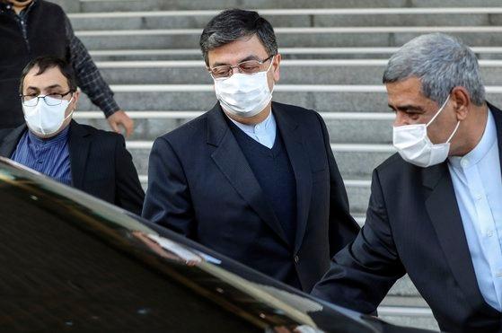 イランの韓国船舶抑留に関連して5日、駐韓イラン大使を呼んで抗議した。シャベスタリ駐韓イラン大使がこの日、韓国の外交部庁舎を後にしている。キム・ソンニョン記者