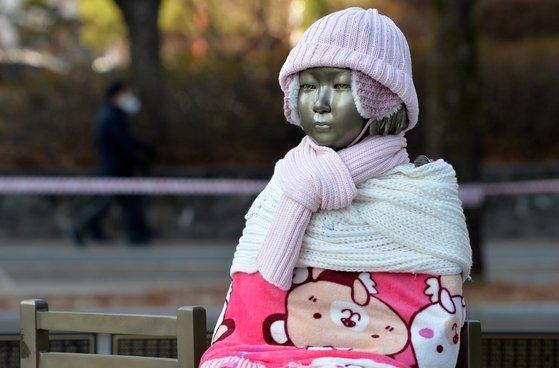 新型コロナウイルス感染症(新型肺炎)が全国で広がっている中、先月8日大田(テジョン)ボラメ公園平和の少女像に冬帽子やマフラー、毛布、手袋、靴下などがはかれている。フリーランサーのキム・ソンテ