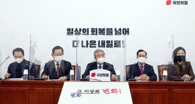 国民の力の金鍾仁(キム・ジョンイン)非常対策委員場が11日午前、ソウル汝矣島(ヨイド)国会で開かれた非常対策委員会議で冒頭発言を行っている。オ・ジョンテク記者