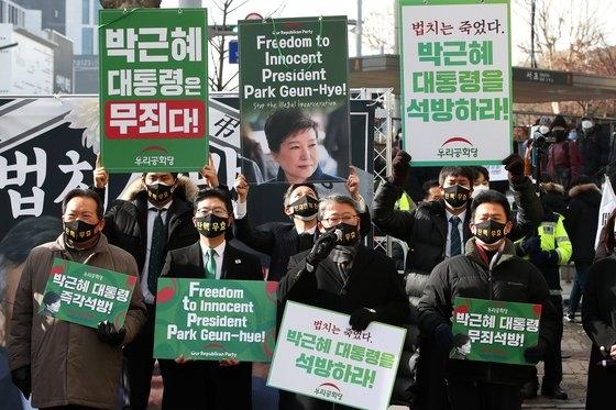朴槿恵(パク・クネ)被告の再上告審宣告公判が開かれた14日午前、ソウル瑞草区(ソチョグ)の大法院付近で朴前大統領支持者のデモが続いた。 チャン・ジンヨン記者