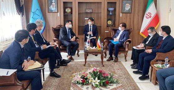 韓国外交部の崔鍾建(チェ・ジョンゴン)第1次官(左から4人目)は10~12日の3日間の日程でイランを訪問して船舶抑留解除問題を議論した。写真は10日、崔次官がマフムード・ヘクマトニア法務省次官らと面談する様子。[写真 韓国外交部]