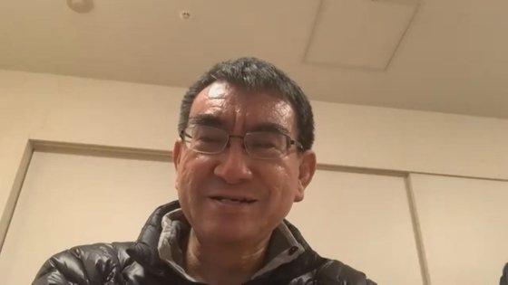 日本の河野太郎行政改革担当相が今月14日、Zoomを通じて中央日報のインタビューを受けている。河野氏は今月8日に緊急事態が宣言されてから、唯一テレワークを行っている閣僚だ。[写真 Zoomキャプチャー]