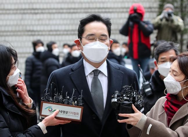サムスン電子の李在鎔副会長が18日午後にソウル高裁で開かれた差し戻し審公判のためソウル高裁に出廷している。ウ・サンジョ記者