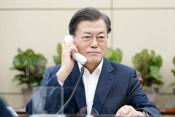 文在寅大統領が昨年11月10日、青瓦台(チョンワデ、大統領府)与民館小会議室でボリス・ジョンソン英国首脳と電話会談を行っている。[写真 青瓦台]
