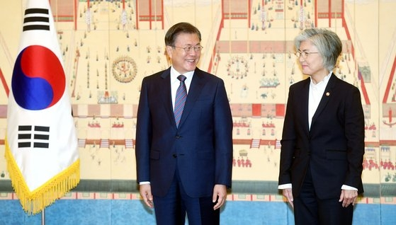 韓国の康京和(カン・ギョンファ)外交部長官が就任から3年7カ月で席から退くことになった。後任には鄭義溶(チョン・ウィヨン)前国家安保室長が内定した。写真は昨年10月、青瓦台で開かれた駐韓大使信任状捧呈式で挨拶を交わしている文在寅(ムン・ジェイン)大統領(左)と康京和外交部長官(右)。[写真 青瓦台写真記者団]