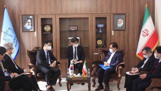 12日、韓国タンカー拿捕問題でイランを訪問し、イランのヘクマトニア法務次官に会った崔鍾建(チェ・ジョンゴン)外交部第1次官(左)。 [イラン政府ホームページ キャプチャー]