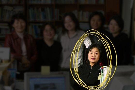 2000年代初頭、尹美香(ユン・ミヒャン)氏が韓国挺身隊問題対策協議会(挺対協)事務局長として活動していた時期。チャン・ジョンウム・グラフィックインターン・中央DB