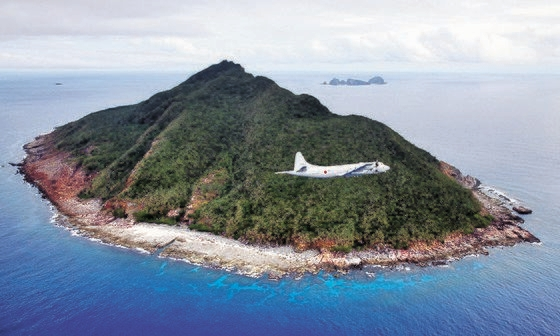 尖閣諸島(中国名・釣魚島)を海上自衛隊所属のP-3C哨戒機が飛行している。 [中央フォト]