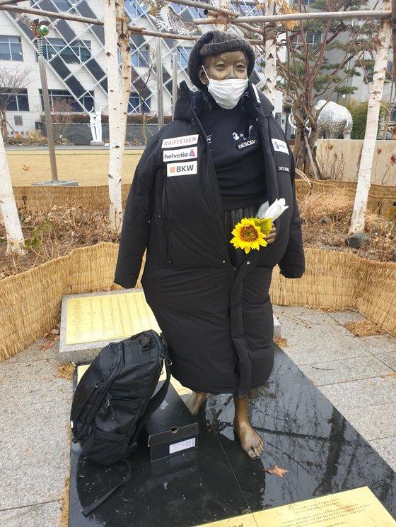 ソウル江東(カンドン)区庁前にある平和の少女像。[写真 江東区平和の少女像保存市民委員会]