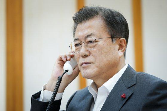 韓国の文在寅(ムン・ジェイン)大統領が26日午後、青瓦台(チョンワデ、大統領府)で中国の習近平国家主席と電話会談を行っている。[写真 青瓦台]