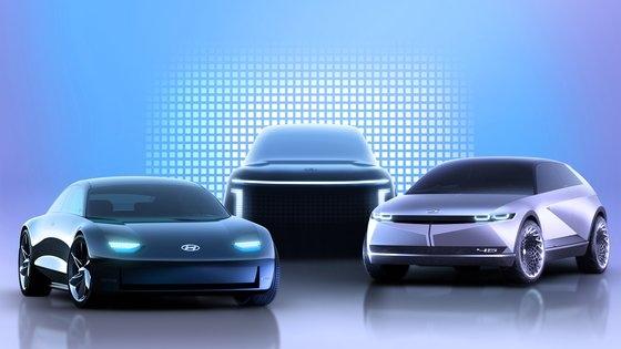 現代車が今年から順に販売する専用電気自動車アイオニック5(右)とアイオニック6(左)、アイオニック7(真ん中)のコンセプトイメージ。 [写真 現代車]