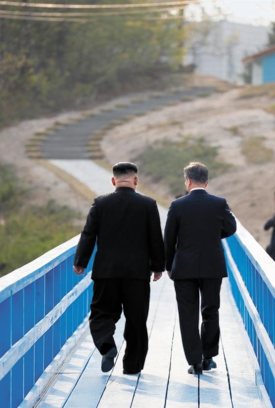 2018年4月27日、板門店で南北首脳会談が開催された。随行員なく徒歩橋を歩きながら対話する文在寅大統領(右)と金正恩国務委員長。 キム・サンソン記者