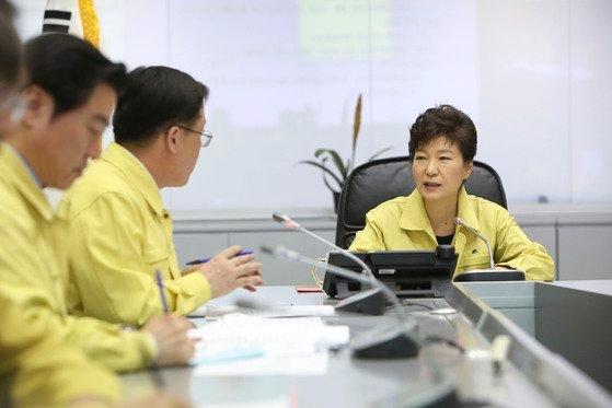 2014年4月16日、セウォル号沈没事故関連中央災難安全対策本部を訪問した朴槿恵前大統領。[中央フォト]