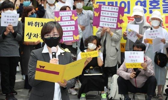 昨年5月20日、ソウル鍾路区の旧日本大使館前で開かれた第1440回日本軍「慰安婦」問題解決のための水曜集会で発言する正義連の李娜栄(イ・ナヨン)理事長。 ウ・サンジョ記者