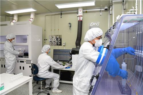 フッ化水素の品質を評価する研究チーム [写真 韓国標準科学研究院提供]