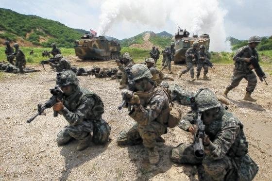 韓米海兵隊連合空地戦闘訓練に参加した韓米海兵隊員が上陸突撃装甲車から出て目標物に向かって前進している。 [中央フォト]