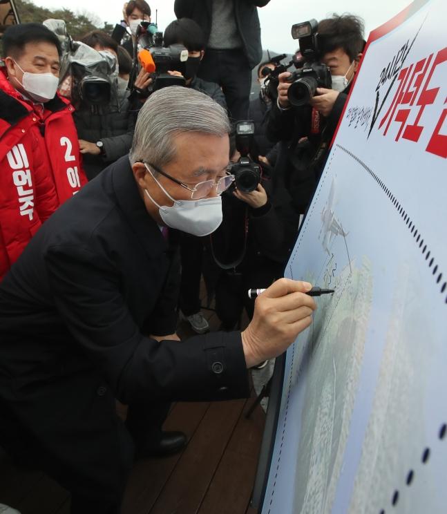 野党「国民の力」の金鍾仁(キム・ジョンイン)非常対策委員長が1日、釜山(プサン)を訪問して加徳島新空港支持とともに韓日海底トンネルの検討を約束した。ソン・ボングン記者