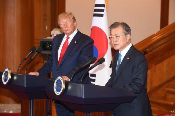 2019年6月30日、韓国の文在寅(ムン・ジェイン)大統領と米国の当時ドナルド・トランプ大統領の共同記者会見の様子。[写真 青瓦台写真記者団]