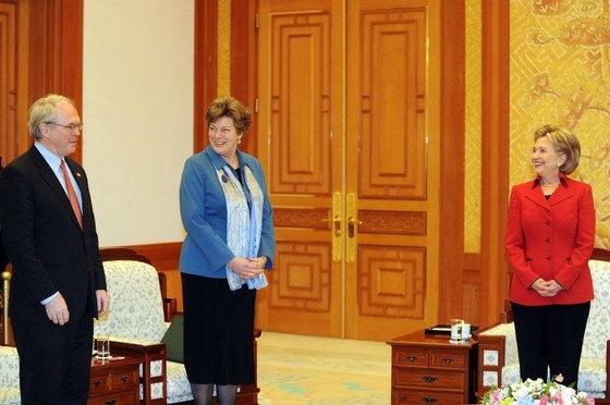 2009年2月20日、青瓦台を表敬訪問したヒラリー・クリントン当時米国国務長官(右)とキャスリーン・スティーブンス駐韓米大使(中央)、クリストファー・ヒル次官補(東アジア太平洋担当)(左)が李明博(イ・ミョンバク)大統領を待っている。[写真 共同写真取材団]
