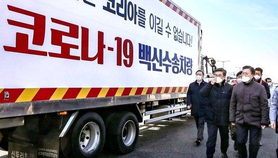韓国の文在寅(ムン・ジェイン)大統領が今月3日午前、仁川(インチョン)国際空港大韓航空貨物ターミナルで開かれた新型コロナウイルス(新型肺炎)ワクチン輸送模擬訓練を参観している。[写真 青瓦台写真記者団]