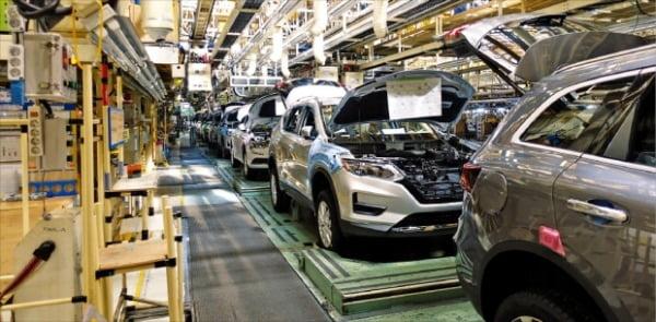韓国中堅自動車3社の昨年の販売台数が初めて輸入車を下回った。昨年11月、労働組合のストで生産ラインが停止したルノーサムスン自動車釜山工場。 ルノーサムスン提供