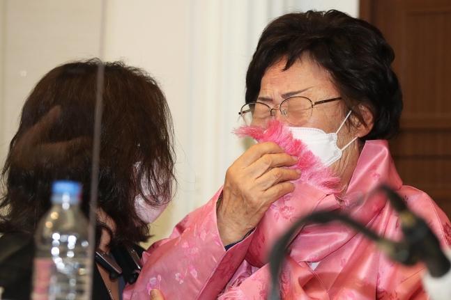 旧日本軍慰安婦被害者の李容洙(イ・ヨンス)さんが16日、プレスセンターで開かれた「旧日本軍慰安婦問題国連国際司法裁判所回付要求記者会見」で泣いている。チャン・ジニョン記者