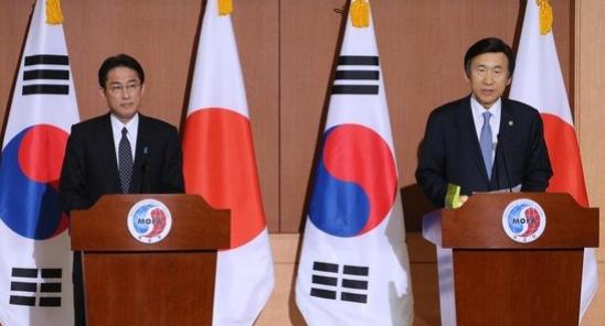 2015年12月、当時の尹炳世(ユン・ビョンセ)外交部長官(写真右)と岸田文雄日本外相は日本軍慰安婦問題解決のための会談直後に両国政府間の慰安婦の合意を発表した。[中央フォト]